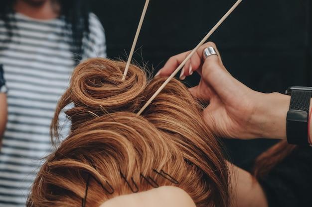 Haarstyling auf einer schaufensterpuppe trainieren