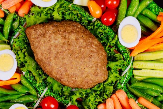 Hackbraten mit gemüseplatte und gekochten eiern hautnah