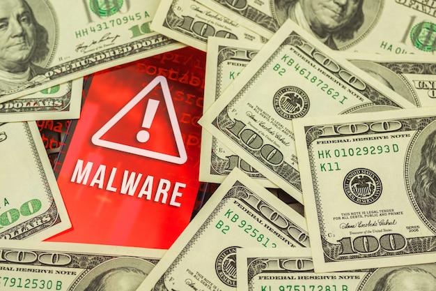 Hacken der persönlichen daten, geldscheine im hintergrund und malware-zeichen auf dem bildschirm