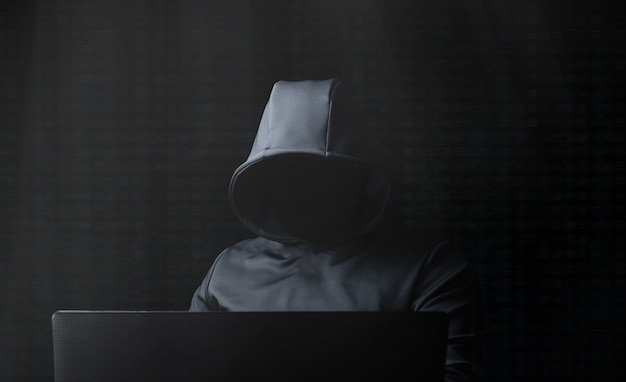 Hacker am computer. darknet.