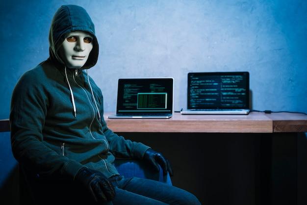 Hacker am schreibtisch
