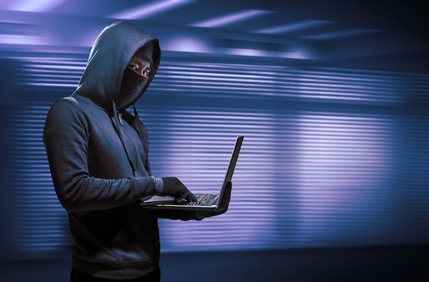 Hacker, der laptop verwendet. das internet hacken.