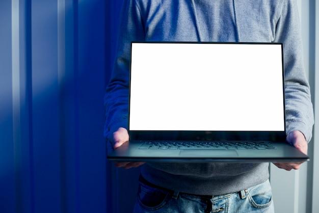 Hacker, der laptopschablone darstellt