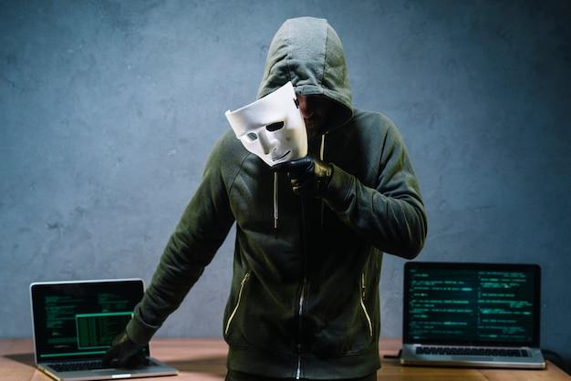 Hacker, der maske hält