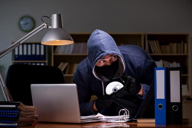 Hacker, der persönliche daten vom heimcomputer stiehlt