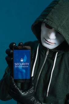 Hacker, der smartphone hält