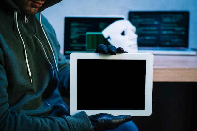 Hacker, der tablette hält
