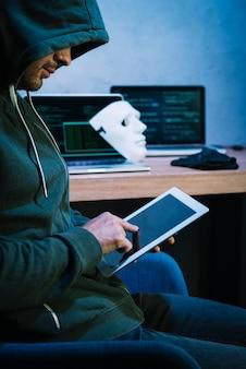 Hacker, der tablette verwendet
