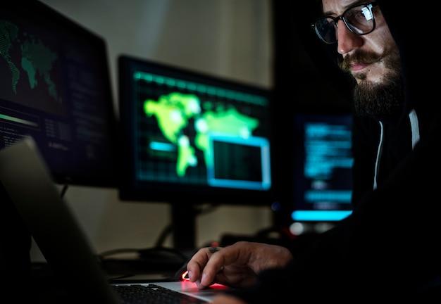 Hacker, der unter verwendung des computers mit codes arbeitet