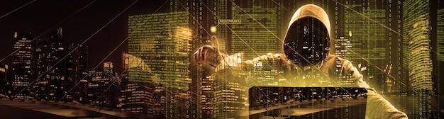 Hacker druckt einen code auf eine laptop-tastatur, um in einen cyberspace einzubrechen