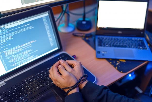 Hacker hände mit drähten gebunden, verbrechen lebensstil