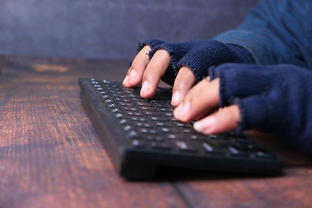 Hacker hand, die persönliche daten stiehlt, nahaufnahme