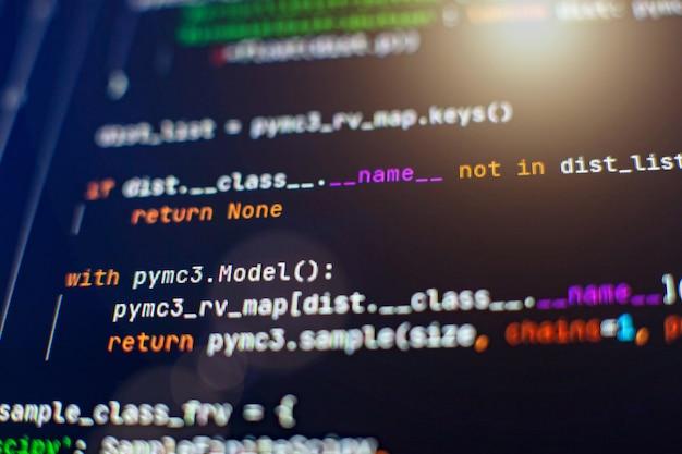 Hacker-hintergrund, programmierer, der in desktop-laptop arbeitet, verschwommener bildschirm mit selektivem fokus, js, nahaufnahme, die in webspezialisten-apps kooperiert, tech-quell-apps