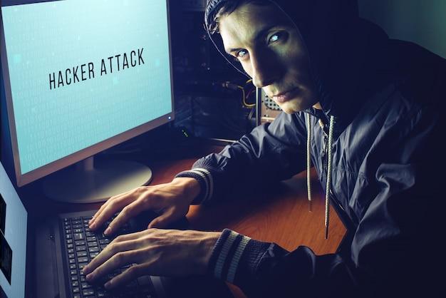 Hacker im dunkeln bricht den zugang zum stehlen von informationen