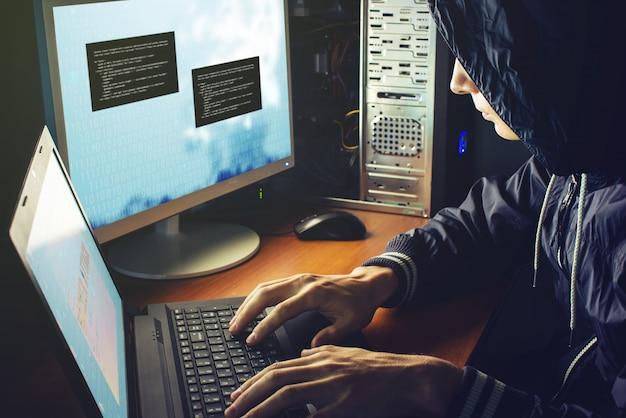 Hacker im dunkeln unterbricht den zugriff, um informationen zu stehlen