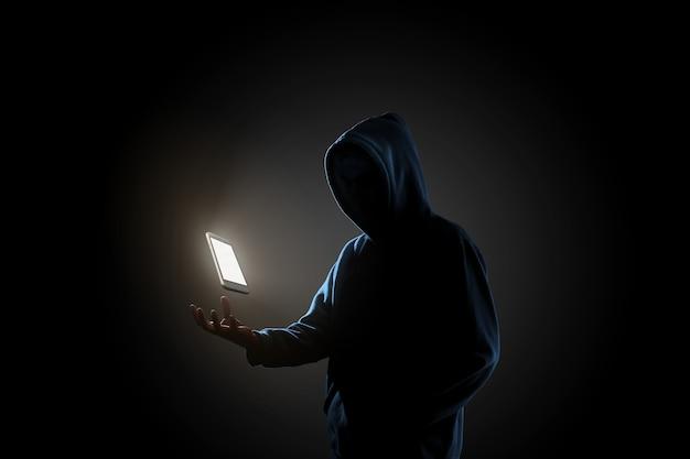 Hacker im dunklen hintergrundkonzept