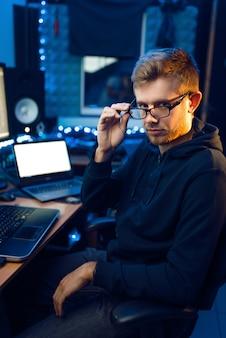 Hacker in der haube an seinem arbeitsplatz, corporate hacking