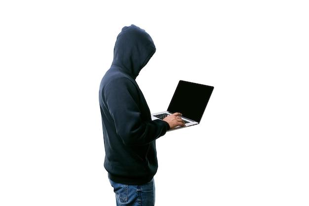 Hacker in der haube mit laptop isoliert