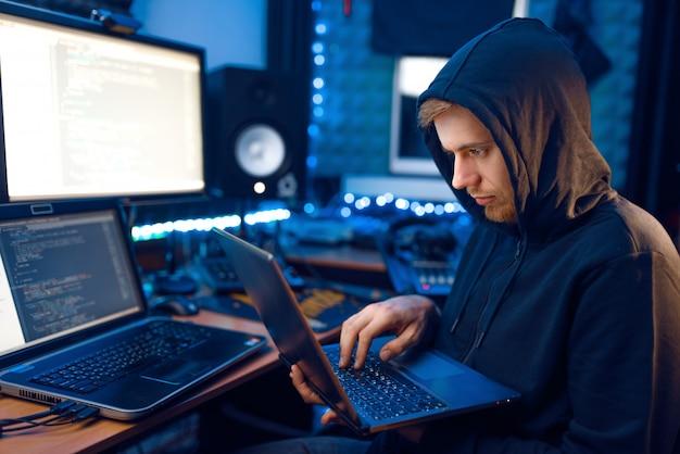 Hacker in der haube zeigt daumen hoch, netzwerkverbrecher