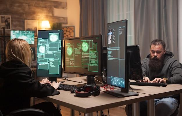 Hacker-mädchen und cyber-terrorist arbeiten zusammen gegen regierungsserver.
