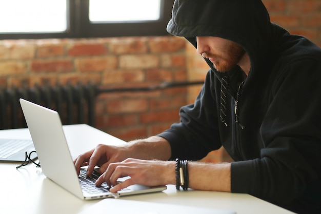Hacker mann auf laptop