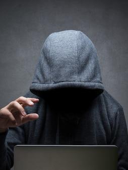Hacker mit computer-notebook