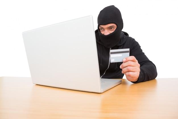 Hacker mit karte zu stehlen identität
