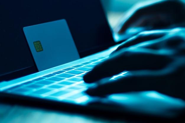 Hacker mit kreditkarten auf laptops nutzen diese daten für unerlaubtes einkaufen.