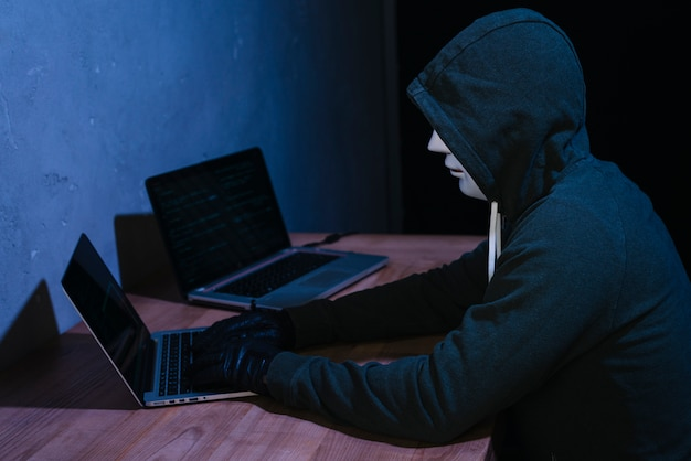 Hacker mit laptop