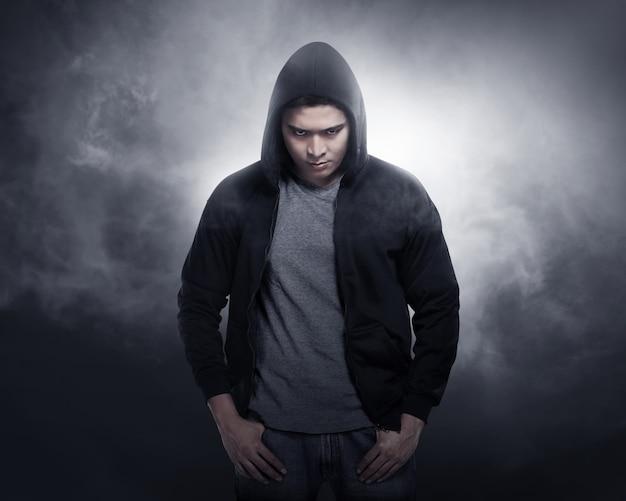 Hacker trägt hoodie