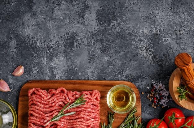 Hackfleisch mit gewürzen, kräutern, olivenöl.