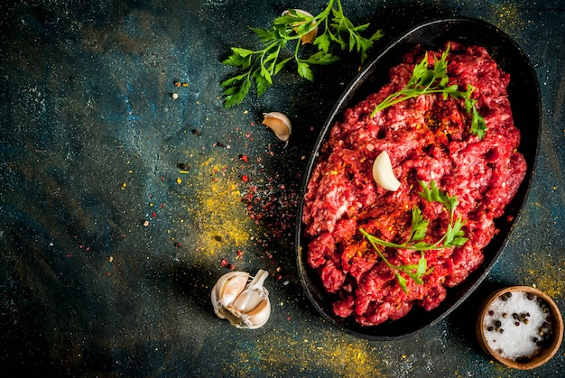 Hackfleisch mit gewürzen und frischen kräutern zum kochen