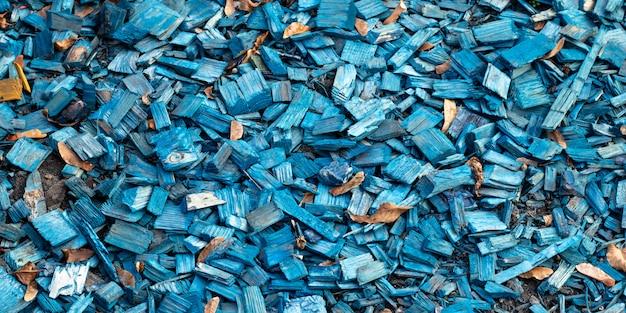 Hackschnitzel textur. holz, blauer hölzerner hintergrund. holzoberfläche, holzabfälle.