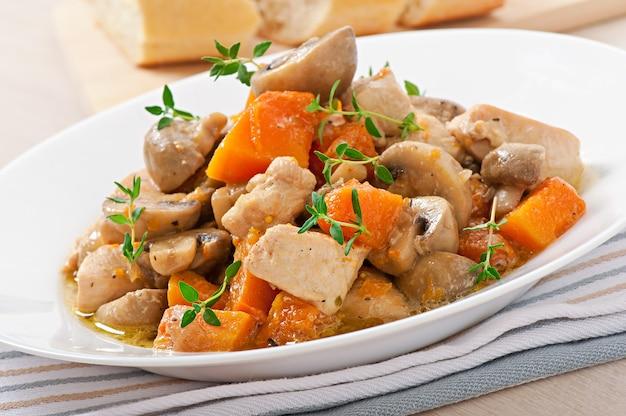 Hähnchen mit gemüse und pilzen in sahnesauce schmoren