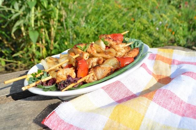 Hähnchen-spieße, zwiebeln, zucchini, tomaten