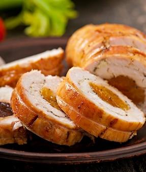 Hähnchenbrötchen mit pflaumen und getrockneten aprikosen