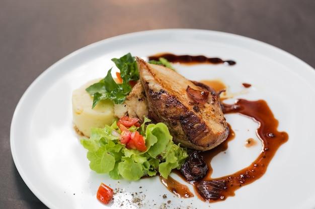 Hähnchenbrust mit frischem salat