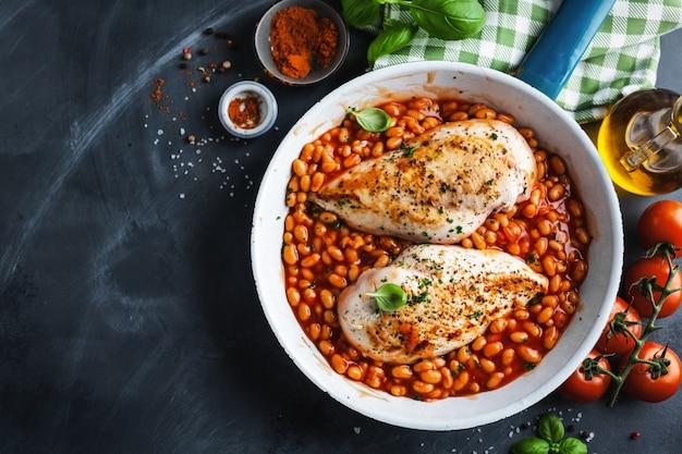 Hähnchenbrustfilet gekocht mit bohnen und kräutern