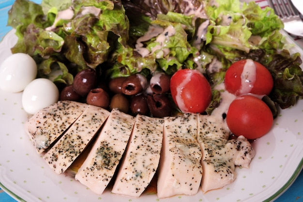 Hähnchenbrustsalat mit schwarzen oliven