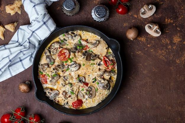 Hähnchenfilet in sahnesauce mit champignons und cherrytomaten