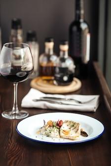 Hähnchenfilet-reissauce mit einem glas rotwein
