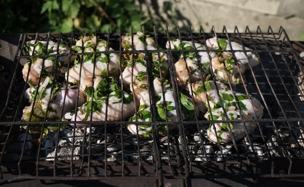 Hähnchenflügel mit gewürzen auf dem grill zubereitet