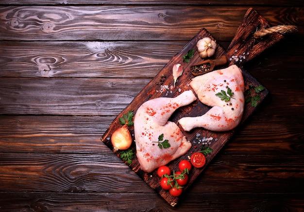Hähnchenkeulen mit gewürzen und gemüse