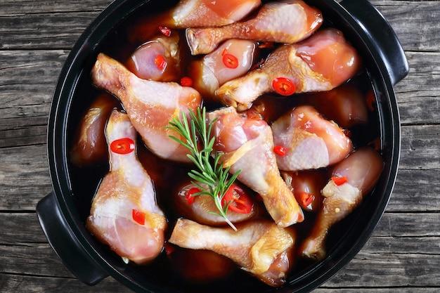 Hähnchenkeulen mit teriyaki-sauce mariniert