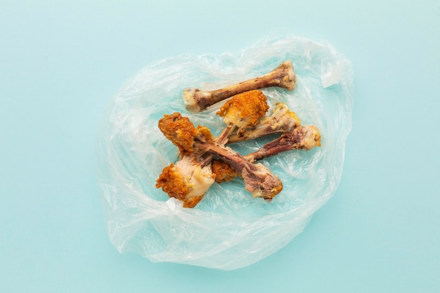 Hähnchenkeulenreste in einer plastiktüte