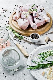 Hähnchenkeulenviertel. zutaten zum kochen: rosmarin, thymian, knoblauch, pfeffer.