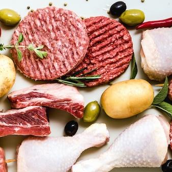 Hähnchenschenkel, burger mit schweinefleisch und rindfleisch, rippchen und kebabs, putenfleischbällchen, fertig zum kochen