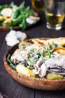 Hähnchenschenkel mit äpfeln und apfelwein geröstet. herbst abendessen rezept. komfort essen.