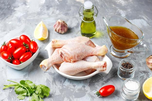 Hähnchenschenkel mit gewürzen und salz zum kochen bereit.