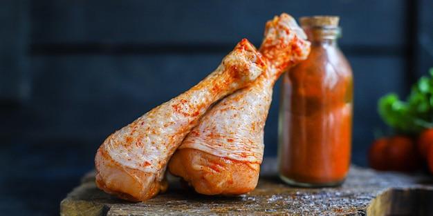 Hähnchenschenkel roher paprika grill gegrilltes fleisch geflügel